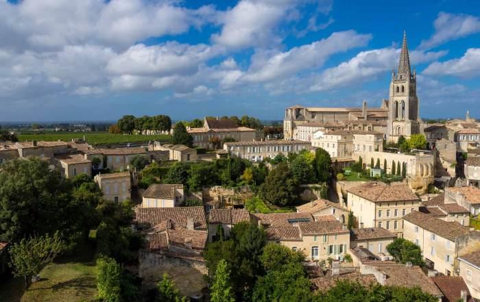 Die Altstadt von Saint-Émilion in der Nähe von Bordeaux ist besonders schön.