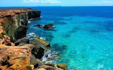 Blick über das blaue Mittelmeer von den Küsten von Mallorca