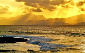 Goldene Sonnenstrahlen an der Küste von Mallorca