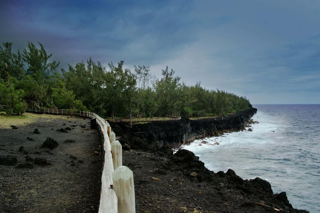 Mache eine Küstenwanderung an der schroffen Ostküste und erlebe hautnah die sich brechenden Wellen