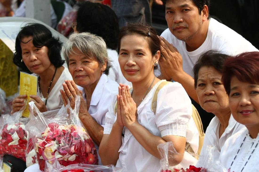 Thailand Tempel Besucher beten