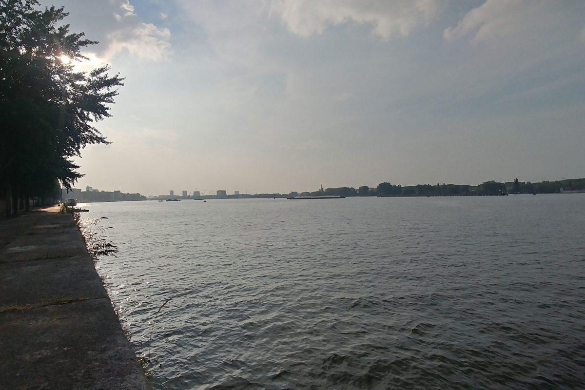 Ruhiger Platz am Wasser im Osten von Amsterdam