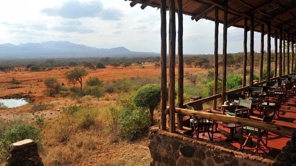 Terassen på Kilaguni Safari Lodge med vattenhålet