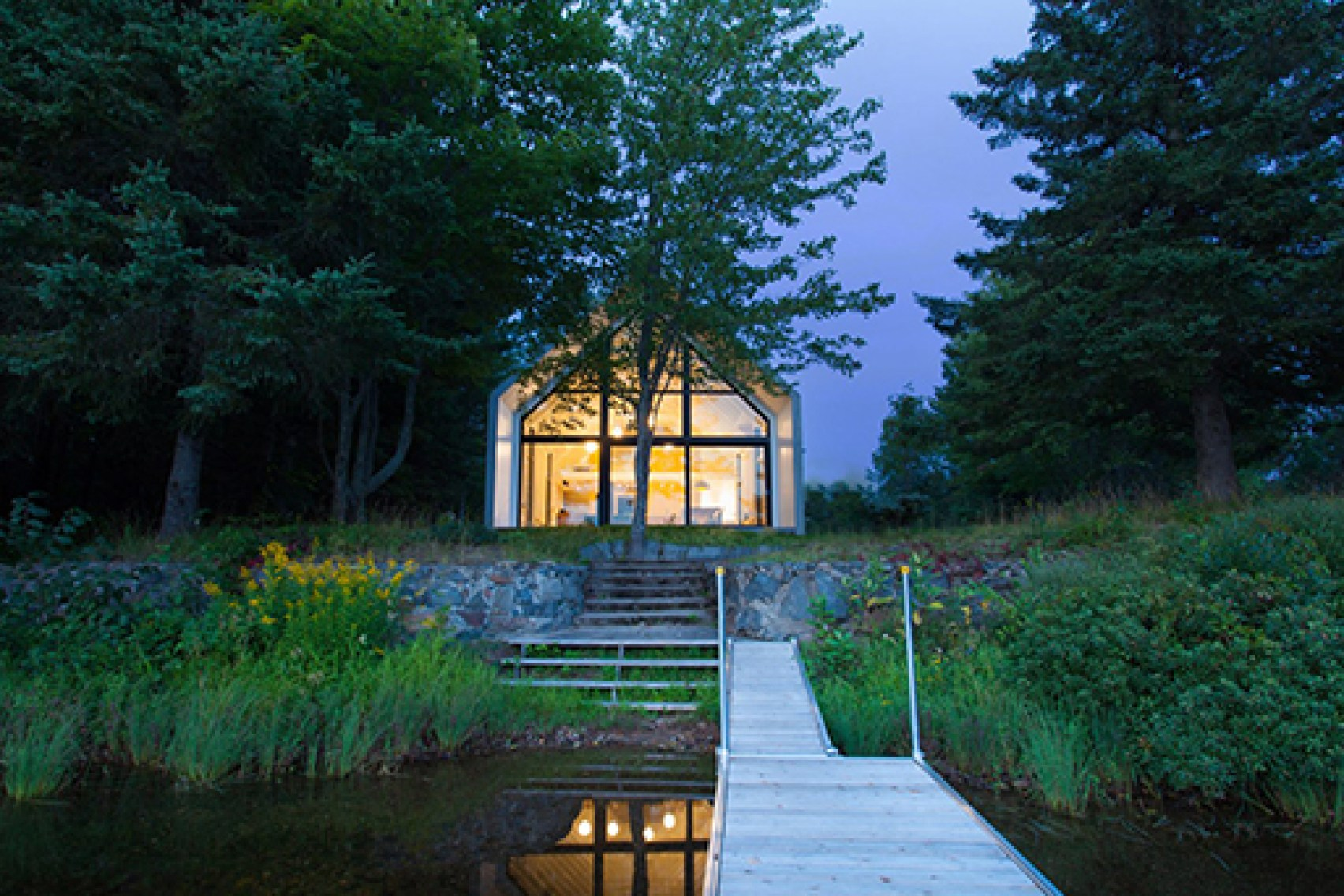 Gabled lake house in Canada by YH2