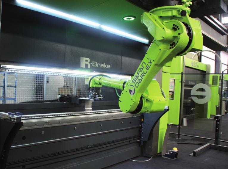 8 - Visione della piegatrice R-Brake di SafanDarley. Si tratta dell'abbinamento di una normale piegatrice E-Brake da 100 ton (con apertura di 3100 mm) con una corsa superiore di un robot Scara. (foto Lasertec).