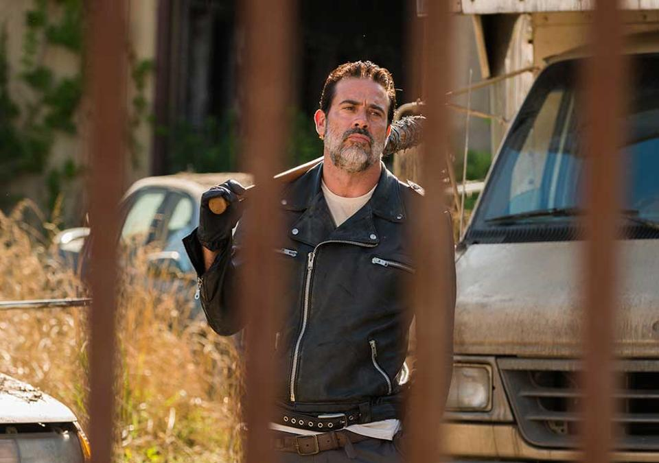 the-walking-dead-season-7-episode-4-service-negan-outside-alexandria-gate