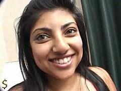 Indienne se fait caresser ses énormes seins avant la baise