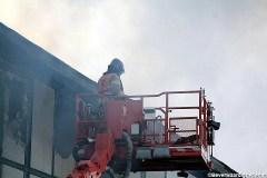 Brandweer slaat bovenste ramen in v.d. loods