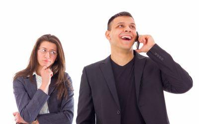 """Jaloux hustru: """"Jeg tror min mand er utro med ung kollega, men kan ikke bevise noget"""" – Videosvar"""