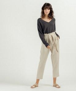 Pantalon taille haute beige ceinture à nouer avec fronces.
