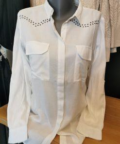 Chemise blanche avec clous