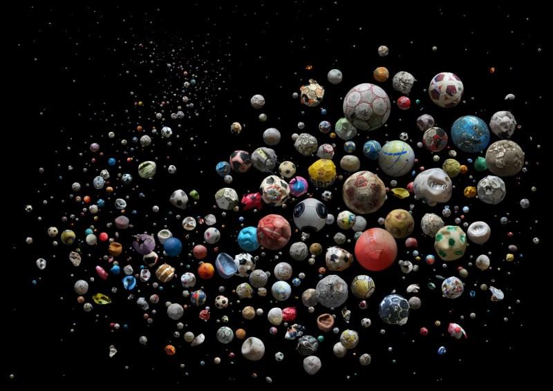 """""""Penalty"""", la série de photos de Mandy Barker qui alerte sur la pollution des océans à travers les balles de football."""