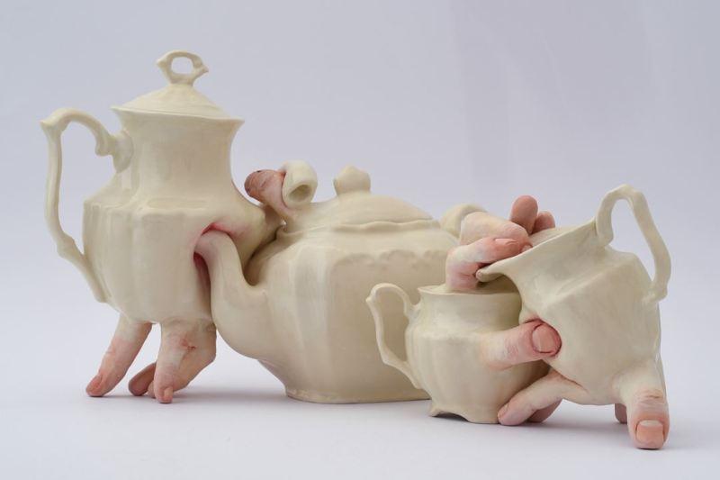 Le service à thé de Ronit Baranga, hybride entre un ensemble d'objets et un humain