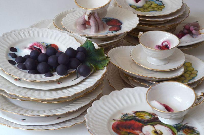 Des assiettes empilées et des bouches ouvertes qui représentent le festin