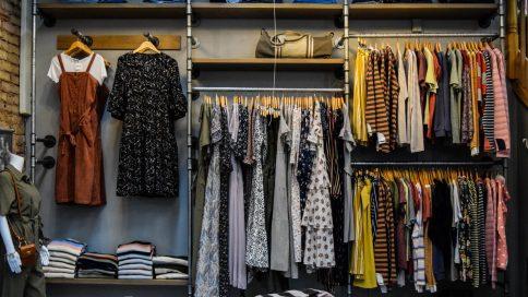 Kleiderschrank mit Kleidungsstücken