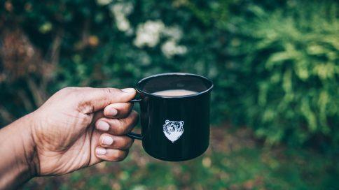 Kaffeetasse in der Hand