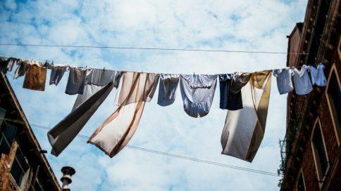 Kleidungsstücke hängen auf einer Schnur