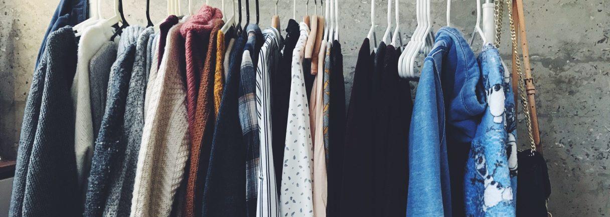 Kleidungsstücke aufgehängt