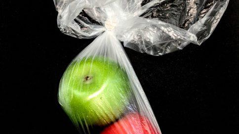 zwei Äpfel in Plastiksackerl