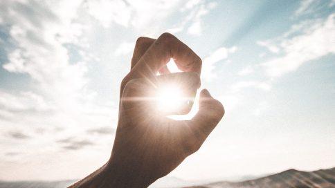 Sonne scheint durch eine Hand