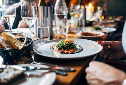 Gedeckter Tisch mit Essen in einem Restaurant