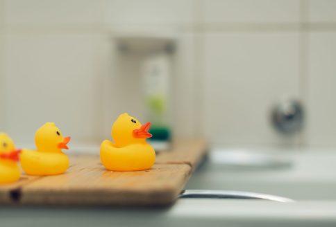 Plastikenten im Badezimmer