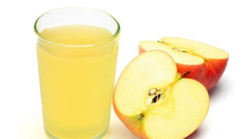 Apfelsaft im Glas und halbierter Apfel
