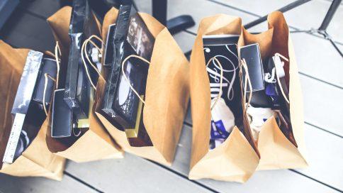Mehrere vollgepackte Einkaufstüten