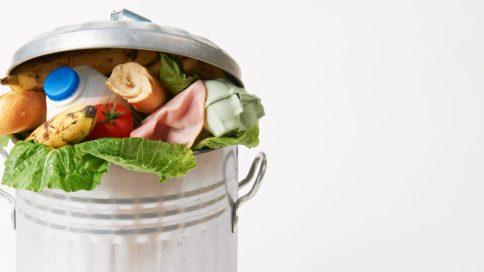 Mülltonne mit Lebensmitteln darin