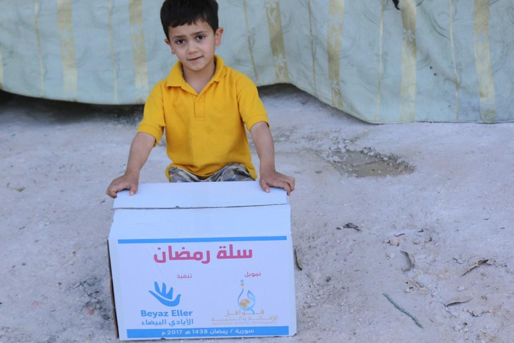 توزيع سلة رمضان بدعم قوافل للإغاثة الإنسانية
