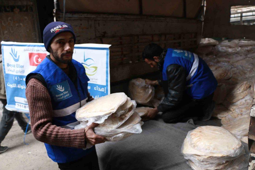 توزيع الخبز في الغوطة الشرقية