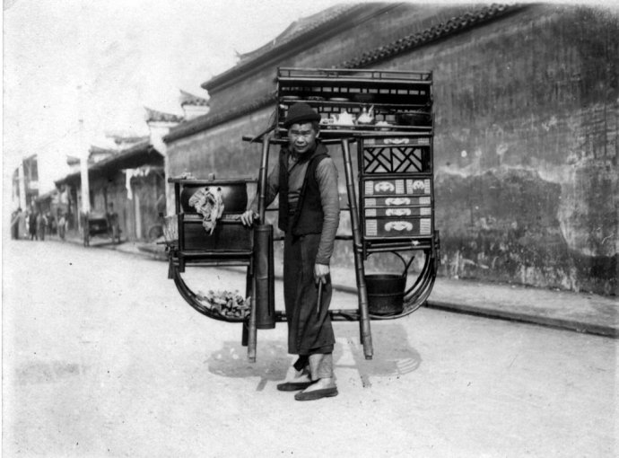 A street vendor and his luotuodan