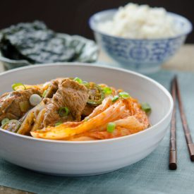Braised pork ribs are simmered with very old sour kimchi