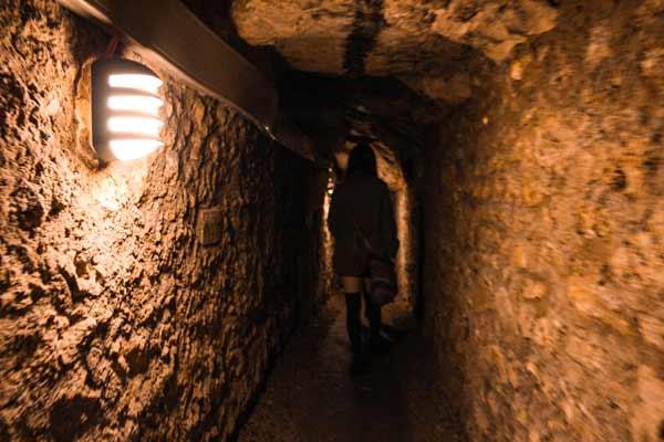 a-walk-in--paris-catacombs