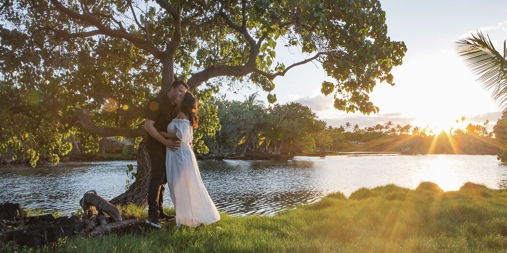 Hawaii Portrait sunset couples photography maternity couple kiss by tree