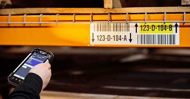 Handheld warehouse device scanning pallet location