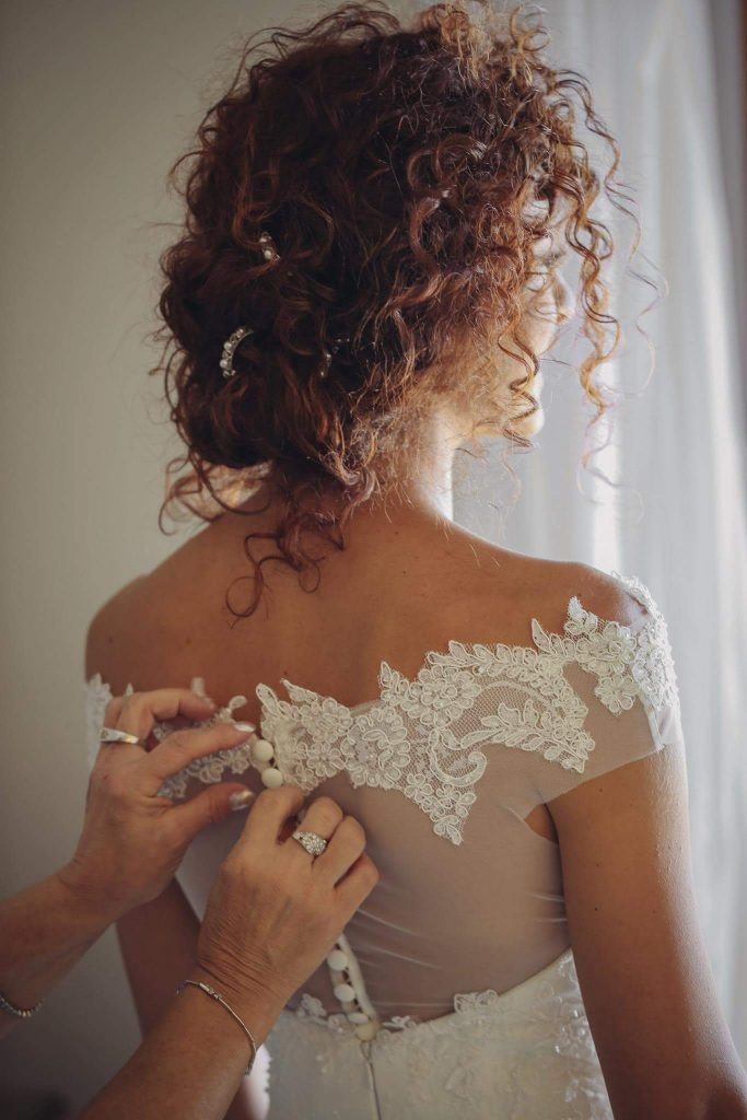 acconciatura sposa capelli ricci