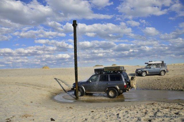 Fontanna - wyprowadzona z dna Morza Aralskiego rura z ciepłą, słodką wodą