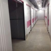 Couloirs avec quelques box de stockage au RDC
