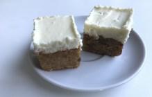 Bezlepkový mrkvový koláč s bielou tvarohovo-čokoládovou polevou