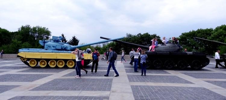Buiten bij het oorlogsmuseum - Bezoek Kiev