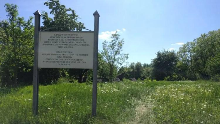 Bord aan de rand van concentratiekamp Plaszow in Krakau