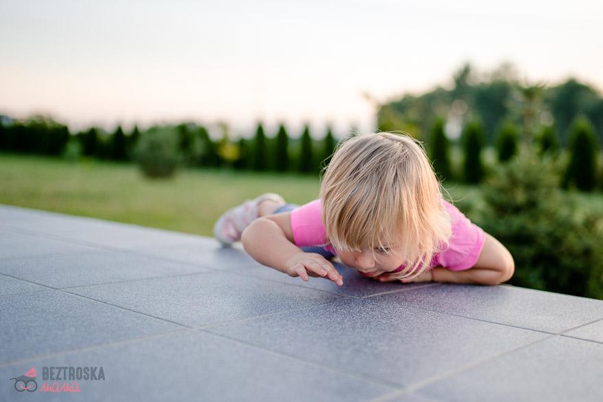 wchodzenie na schody dziecko
