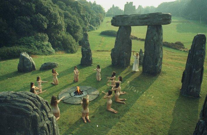 https://i2.wp.com/www.bfi.org.uk/sites/bfi.org.uk/files/styles/full/public/image/wicker-man-1973-002-stone-circle-dancers-00m-osv.jpg?resize=708%2C464&ssl=1