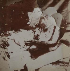 Com 125 anos de idade, seu corpo parecia dobrado em um semi-círculo. Suas pálpebras pendiam sobre seus olhos, como pesadas cortinas