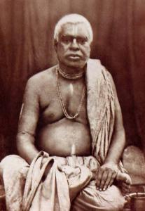 Seu querido pai, Srila Bhaktivinoda Thakura, orava por um filho para ajudá-lo em sua missão