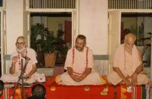 Os três  pilares da Gaudiya Vedanta Samiti: Srila Narayana Gosvami Maharaja, Srila Vamana Gosvami Maharaja e Srila Trivikrama Gosvami Maharaja
