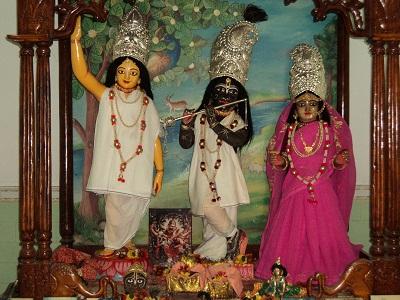 Deidades no templo de Nidaya- ghata, em Rudradvipa