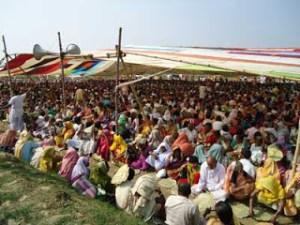 Devotos e moradores de Navadvipa honrando prasada durante o Parikrama
