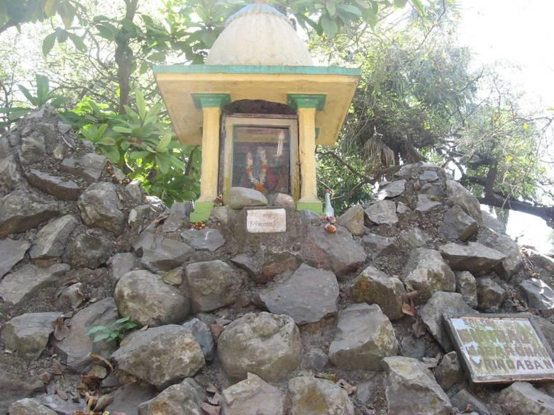 A belíssima Deidade azul de Sri Krsna no topo de Giri Govardhana, em Ritudvipa.